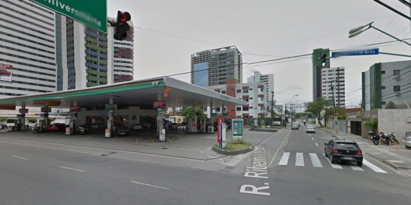 Uma manutenção da drenagem ocorre na Rua Ribeiro de Brito, no bairro de Boa Viagem, Zona Sul do Recife