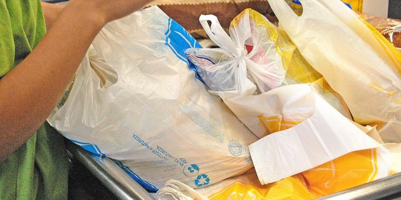 De acordo com o Ministério do Meio Ambiente, são consumidas, em todo o mundo, entre 500 bilhões e 1 trilhão de sacolas plásticas