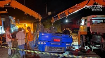 Acidente com caminhão na BR 232 deixa um homem morto e outro gravemente ferido