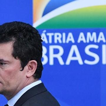 Bolsonaro contraria Sergio Moro e demite diretor-geral da PF