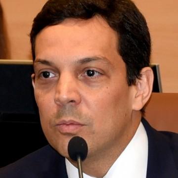 TCE empossa Carlos Neves no cargo de conselheiro