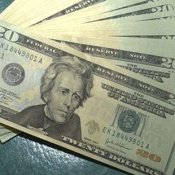 Dólar cai e fecha abaixo de R$ 4,34 após atuação do BC