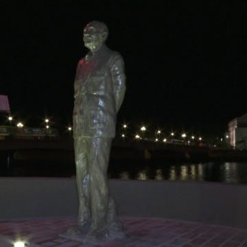 Estátua de Ariano Suassuna é restaurada após vandalismo