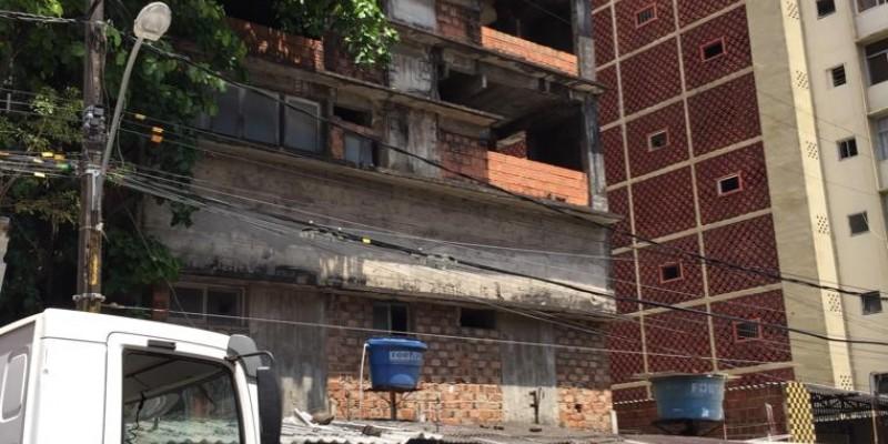 A área fica ao lado de um prédio de 11 pavimentos, inacabado, na Rua da União, no centro do Recife