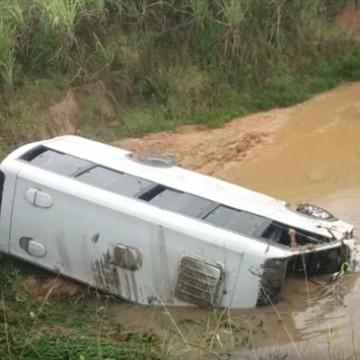 Micro-ônibus capota e homem de 53 anos morre, em Escada