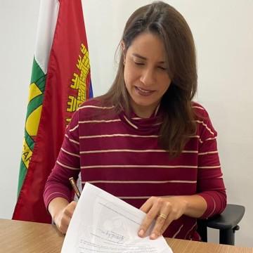 Prefeita de Caruaru sanciona lei que autoriza a compra de vacinas para o município