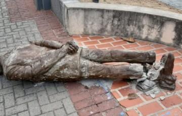 Estátua de Ariano Suassuna é alvo de vandalismo