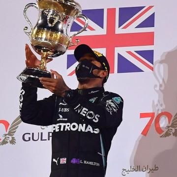 Hamilton vence no Bahrein em corrida marcada por acidente com explosão
