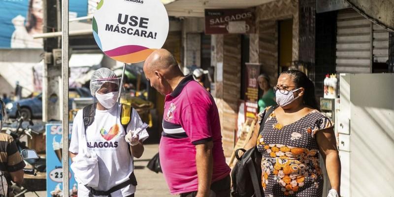 Especialistas reforçam recomendação: vacinados também usam máscara