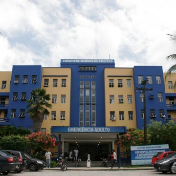 Maqueiros do Hospital Otávio de Freitas protestam contra desligamentos em massa