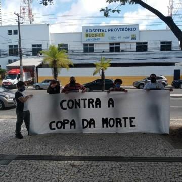 Manifestantes se posicionam no Recife contrários à Copa América diante do cenário da covid-19