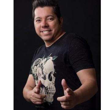 Cantor Louro Santos morre aos 49 anos, vítima da Covid-19