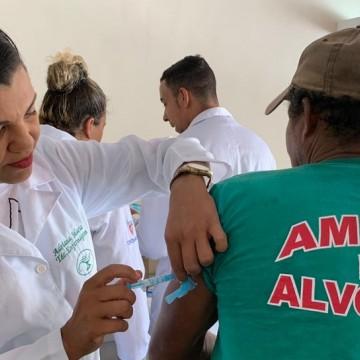 Moradores e funcionários de condomínio onde saguins morreram recebem vacinas contra Febre amarela