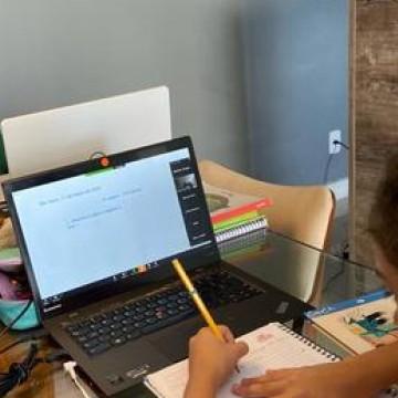 Nova rotina de aulas online traz adaptação ao comportamento familiar