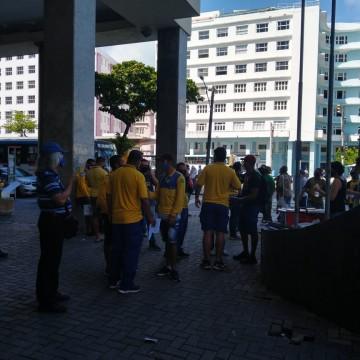 Trabalhadores dos Correios realizam caminhada no Recife
