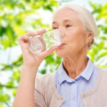 Água é vital para manter os processos metabólicos e nutricionais do corpo