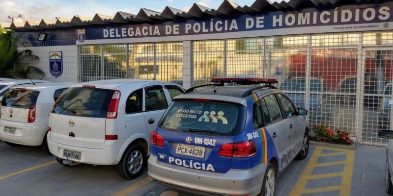 Durante a operação, estão sendo cumpridos três mandados de prisão, e quatro mandados de busca e apreensão domiciliar