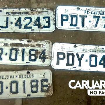 Após chuvas, guardas municipais encontram placas de automóveis nas ruas de Caruaru