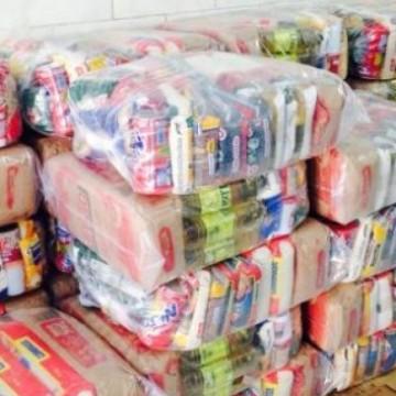 Famílias carentes recebem doações de alimentos