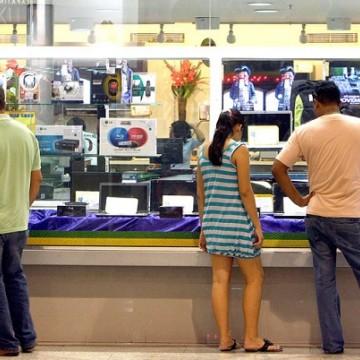 Intenção de consumo das famílias registra nova queda em julho
