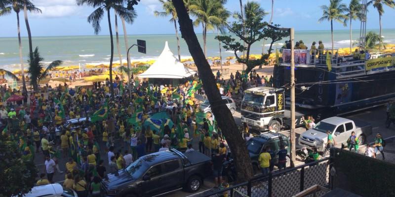 Centenas de pessoas vestiam as cores verde e amarelo e criticavam o Partido dos Trabalhadores