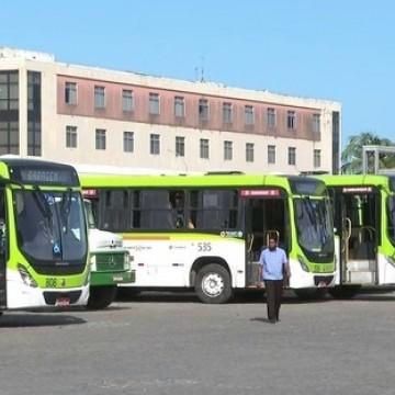 Rodoviários impedem saída de ônibus das garagens sem cobrador, na RMR