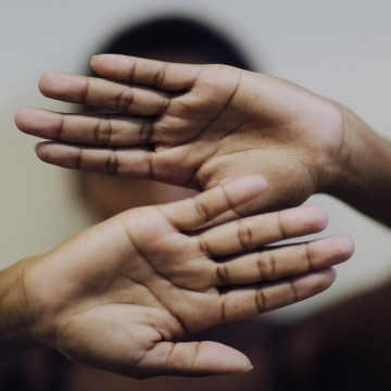 Homem deixa mulher desacordada após espancamento e é preso por tentativa de feminicídio
