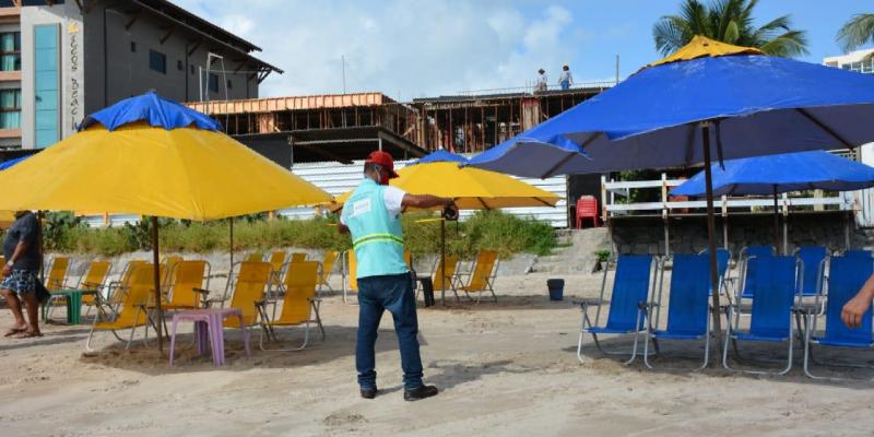 Com a autorização da volta do comércio de praia na última segunda (31), a Prefeitura do Ipojuca intensifica fiscalização do ordenamento das barracas na faixa de areia e reforça os cuidados com a preparação dos alimentos que são servidos nas
