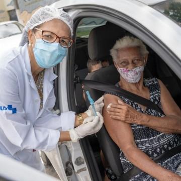 Idosos a partir de 78 são vacinados em Olinda