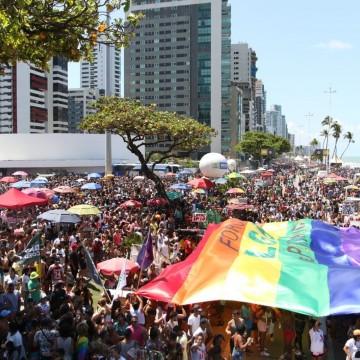 Parada da Diversidade leva milhares de pessoas à Av. Boa Viagem