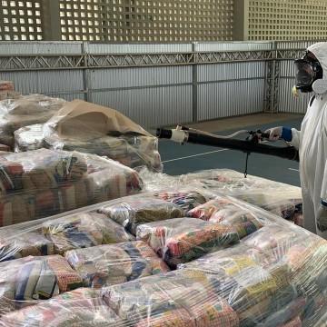 Pontos de entrega de cestas básicas passam por sanitização no Recife
