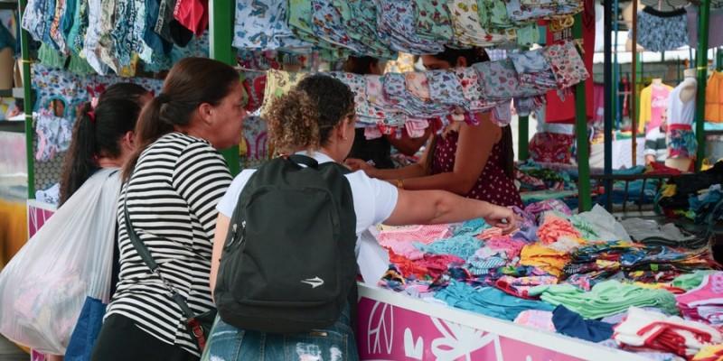 Mesmo com pontos de fiscalização instalados em várias partes da feira, foi possível ver aglomerações no entorno do Parque 18 de Maio, em Caruaru
