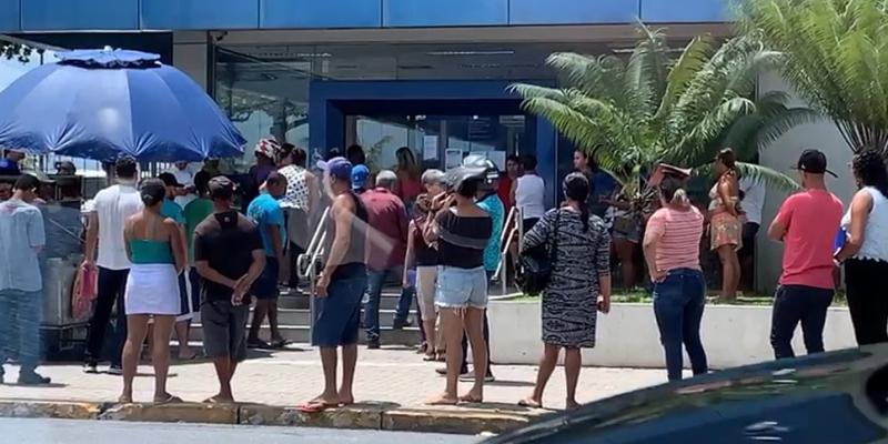Nesta quarta-feira (25), ambulantes, filas em bancos e pessoas caminhando foram vistas no bairro de Prazeres