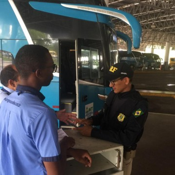 Passageiros de ônibus do TIP são orientados sobre trabalho escravo