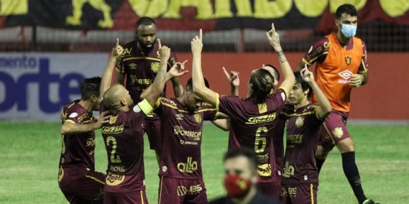 Apesar de Thiago Neves estrear com a camisa rubro-negra na noite destaque quarta-feira (23), Maidana foi a estrela do jogo, por garantir os três pontos