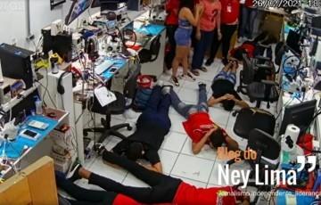Bandidos mantêm 20 reféns por mais de três horas, em assalto em Santa Cruz