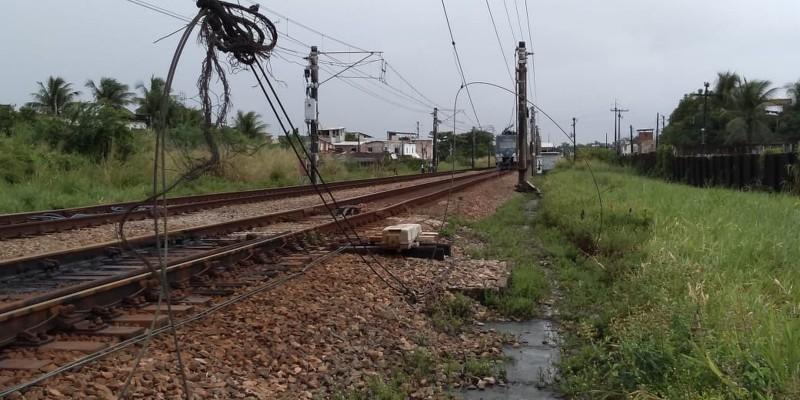 Linha Centro precisou ser paralisada por causa de falha em mais de 1 quilômetro de cabos  que fornecem energia aos trens.