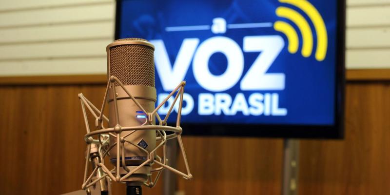 Emissoras de rádio são obrigadas a retransmitir o programa diariamente