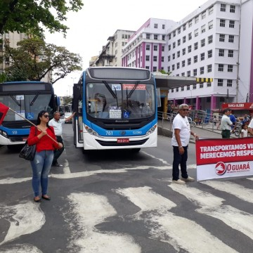 Protesto de motoristas e cobradores param ônibus no Centro do Recife