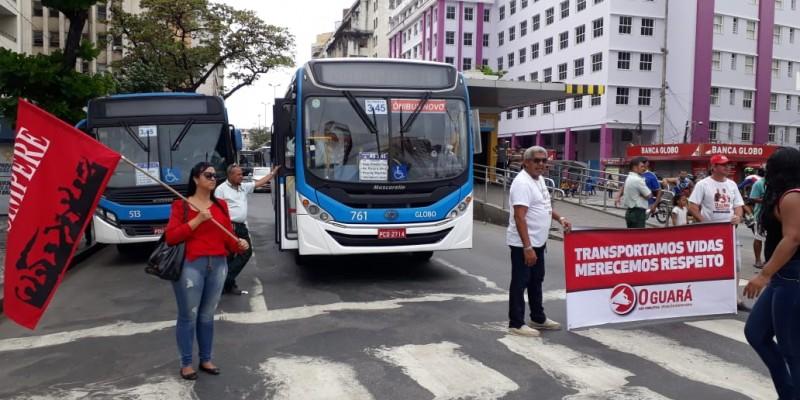 Motoristas e cobradores formaram uma imensa fila de ônibus no cruzamento da Avenida Guararapes com a Rua do Sol