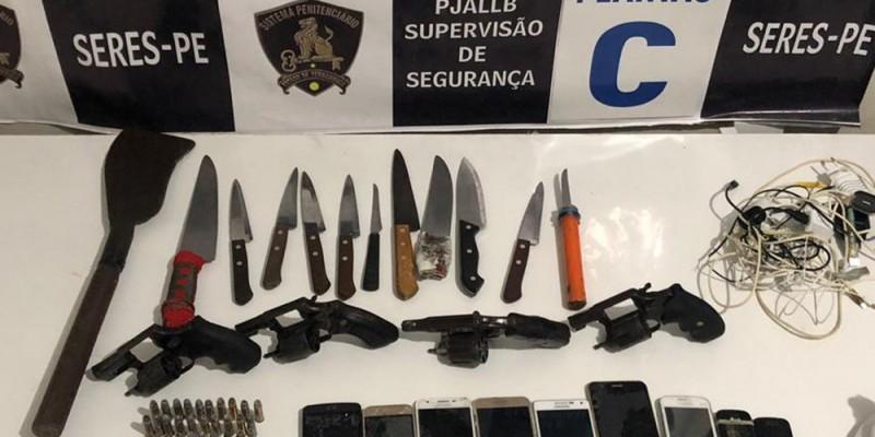 Também foram encontradas 11 facas, sendo uma artesanal, nove celulares, seis carregadores, uma foice e 65 gramas de uma substância não identificada pelos agentes.