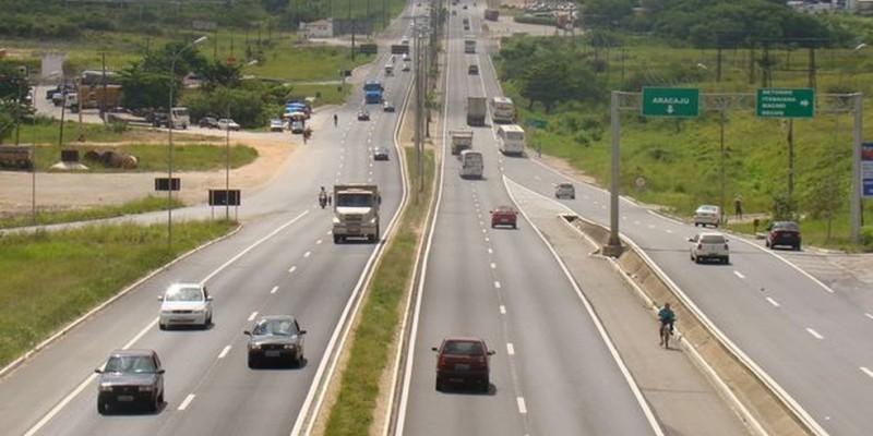 Orientações como o uso do cinto de segurança, os perigos de misturar volante e álcool, entre outras, são repassadas aos motoristas durante as fiscalizações