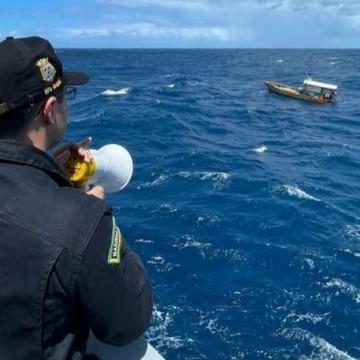 Após pane elétrica em barco de pesca, três tripulantes são resgatados a 24 km da costa do Recife