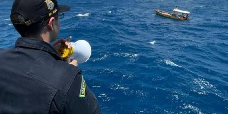 Operação de resgate de embarcação foi realizada por navio-patrulha da Marinha do Brasil, neste sábado (7), Segundo a Capitania dos Portos, pescadores 'estão em bom estado de saúde'.