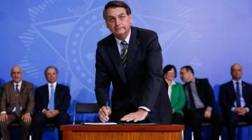 Bolsonaro assina medida que acaba com o DPVAT e o DPEM a partir de 2020