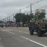 Apesar do tempo nublado, muita gente se aglomerou para acompanhar a passagem das escolas, das entidades civis e dos militares
