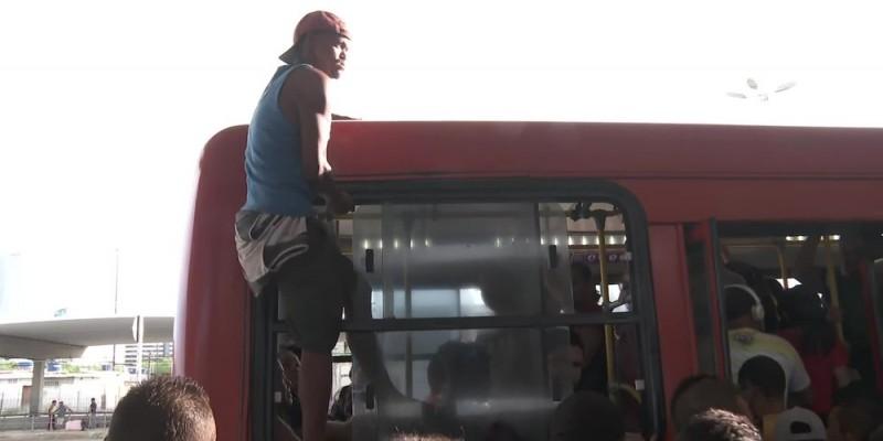 Um homem entrou no ônibus pela última janela do coletivo