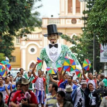 Turistas que chegam para curtir o carnaval de PE são recebidos com frevo e informação