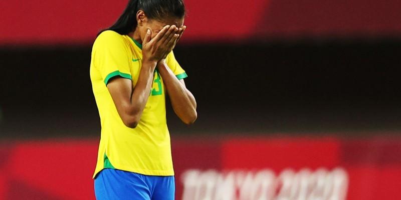 Andressa Alves e Rafaelle desperdiçaram cobranças na derrota por 4 a 3