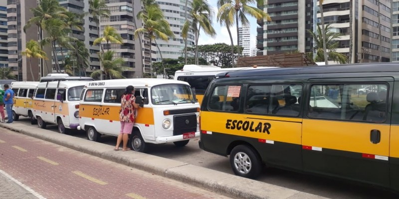 A categoria reivindica a isenção de taxas estaduais para os veículos em 2021 e a inclusão da categoria no auxílio emergencial, pago pelo governo federal.